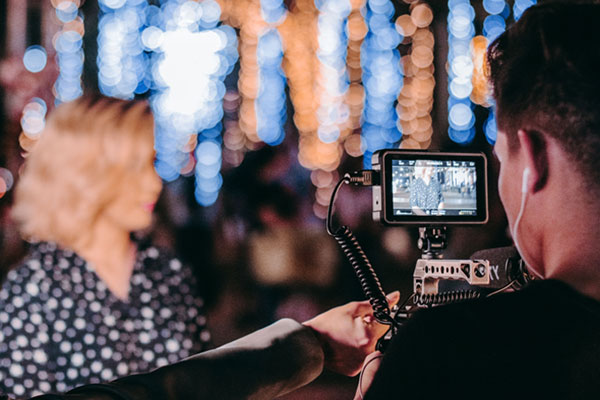 Frau wird bei Interview gefilmt
