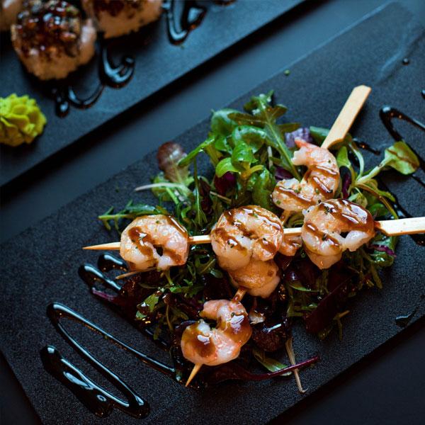 Essensbild von Shrimps-Spießen mit Salat
