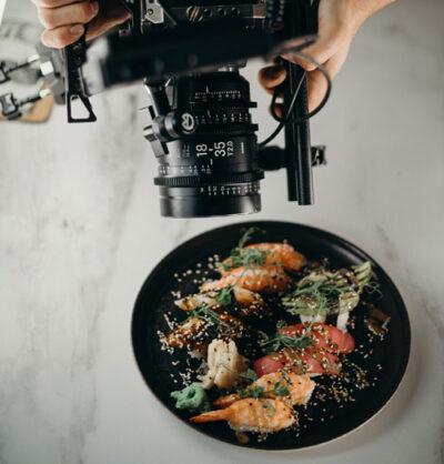 Teller mit Essen wird fotografiert