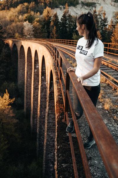 Frau auf Viadukt Brücke